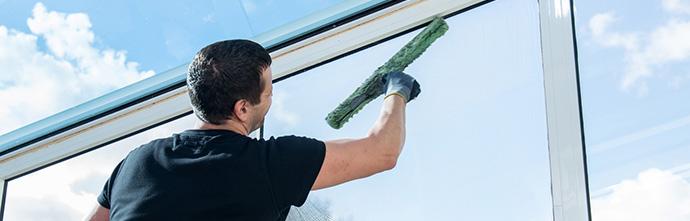 Glasreinigung bei einem Fenster
